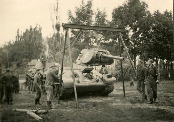 Немецкие техники демонтируют башню трофейного Т-34 в ходе ремонтных работ. 1941 г. Великая Отечественная Война, архивные фотографии, вторая мировая война