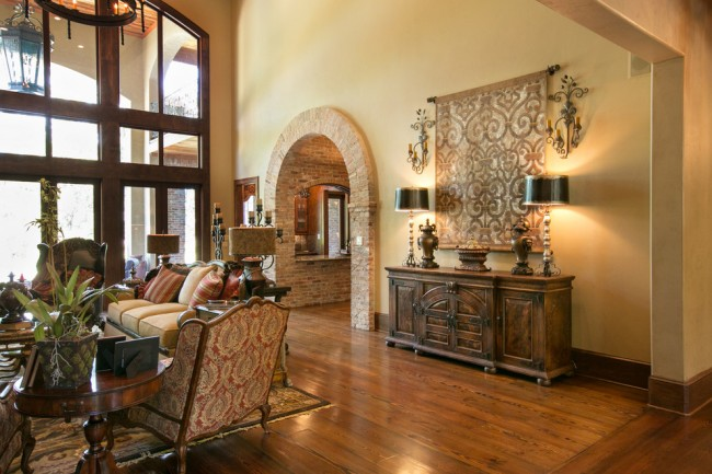 Восточный орнамент гобелена органично вписывается в солидный интерьер дома