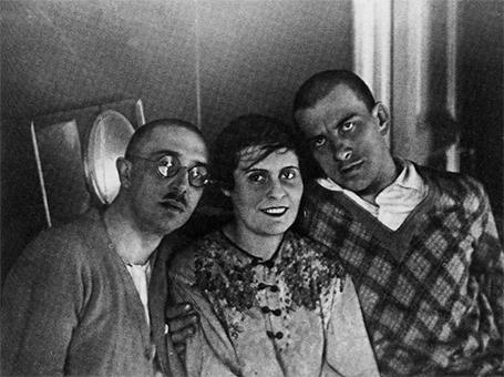 Маяковский и Брик: история сумасшедшей любви втроём