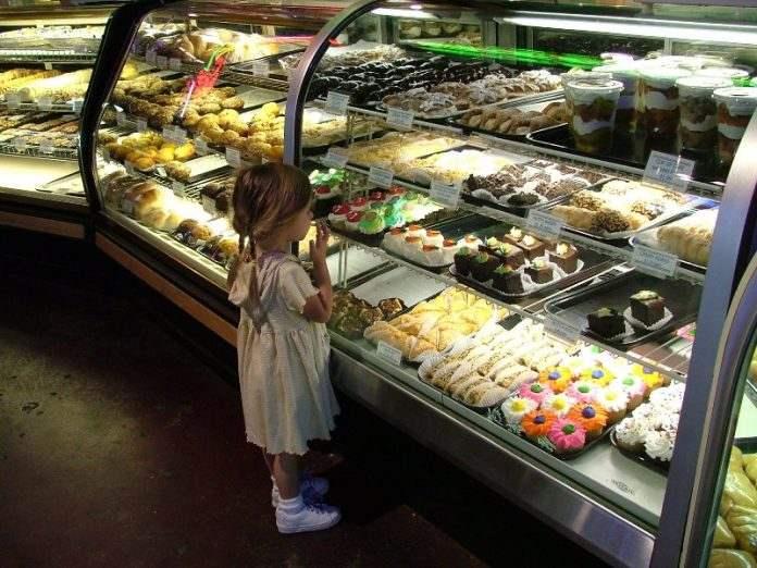 Папа услышал, как высокомерная дама осудила ее маленькую дочку за покупку пончика. Его отчет стоит прочесть!