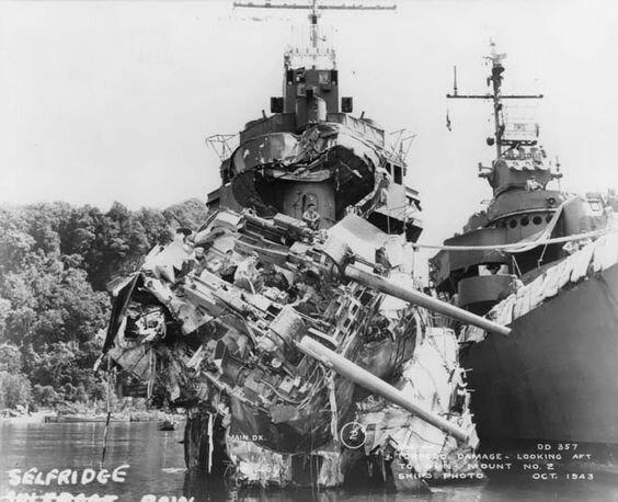 """Американский эсминец """"Сэлфридж"""", получивший попадание торпедой в ходе сражения у о. Велья-Лавелья 6 октября 1943 г. Великая Отечественная Война, архивные фотографии, вторая мировая война"""