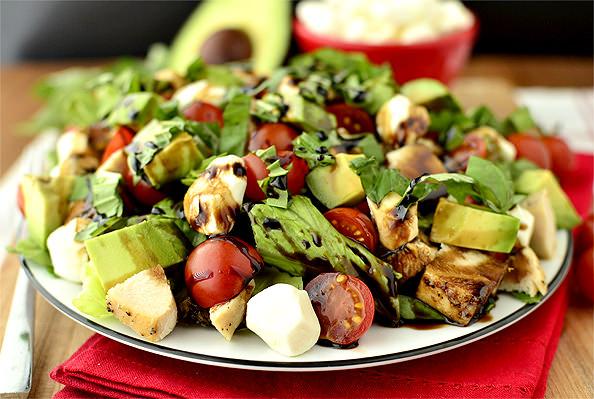 Салат с моцареллой и курицей: простое и вкусное блюдо за считанные минуты!