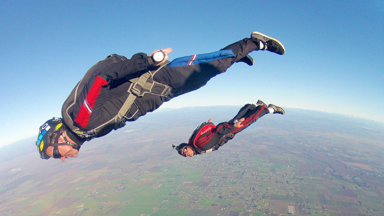 Приняв обтекаемую позу, парашютист может догнать другого, прыгнувшего на 15 секунд раньше. мифы, наука, разрушители легенд, юмор