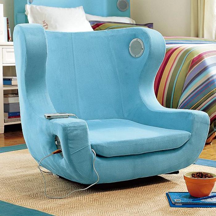 Кресло со встроенной колонкой.