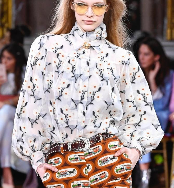 светлая блузка на кокетке с растительным принтом