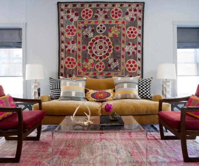 Украсьте большим гобеленом стену за диваном