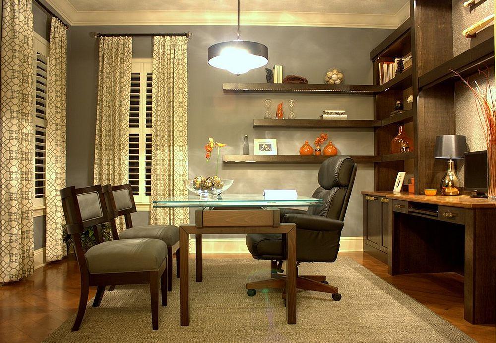 Стеллажи и навесные полки из темного дерева в домашнем мини-офисе