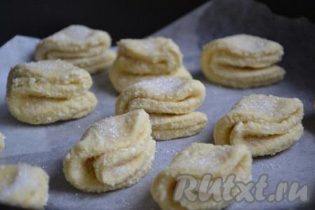 С таким же успехом можно приготовить из этого же творожного теста другой вид печенья - ушки. Для этого необходимо сложить вырезанный кружечек два раза пополам. Потом присыпать сверху сахаром и выпечь в духовке по этому рецепту.