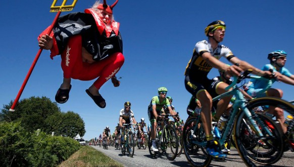 17 необъяснимых фото поклонников Tour de France. Этих перцев надо видеть!