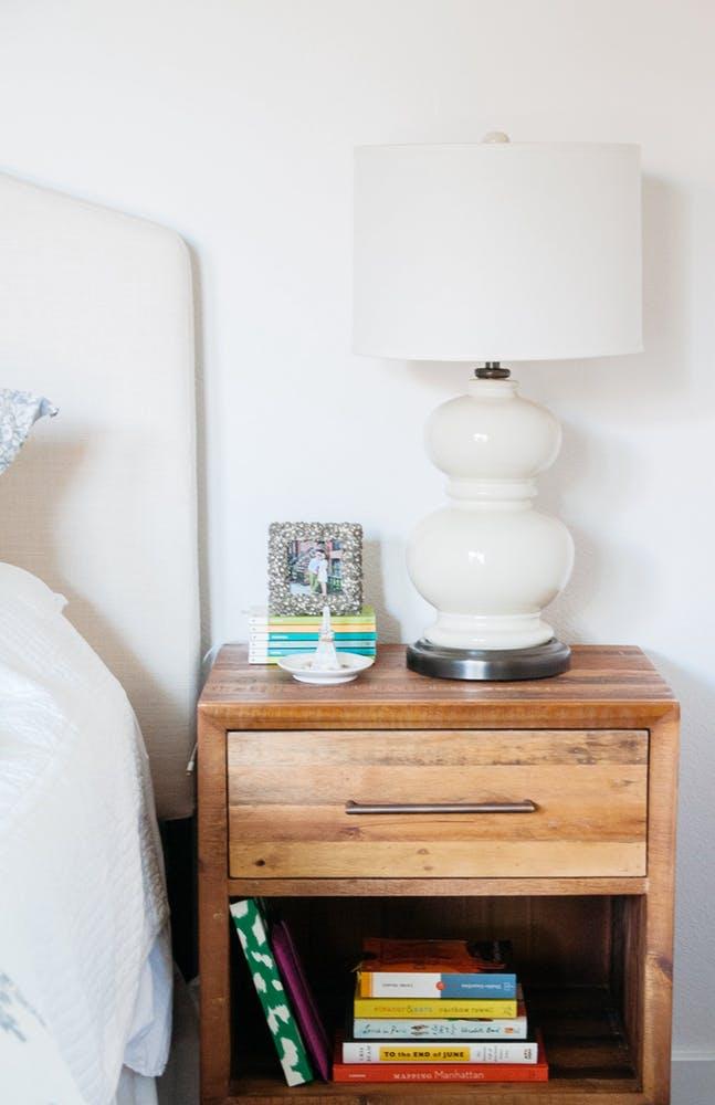 Элегантный интерьер спальни - белый дизайнерский светильник