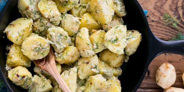 Рецепты: Варёная молодая картошка в сливочно-чесночном соусе