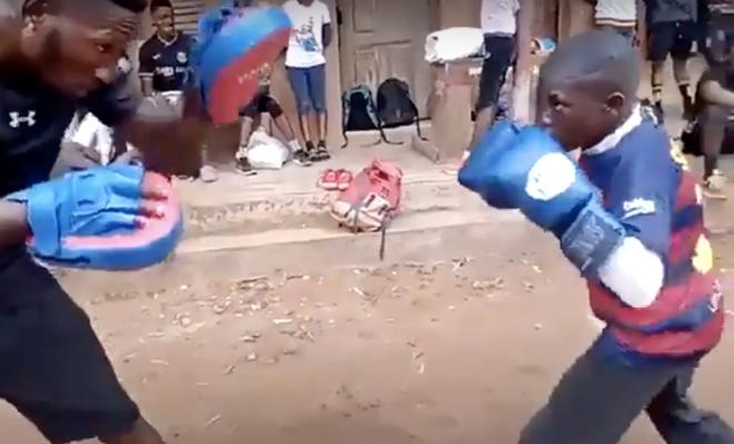 Начинающий боксер из трущоб показывает технику Майка Тайсона. Двигается быстрее, чем снимает камера