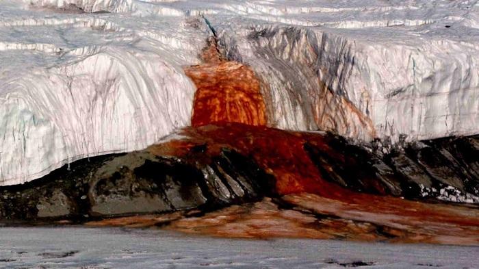Кровавый водопад долго распалял воображение любителей мистики.