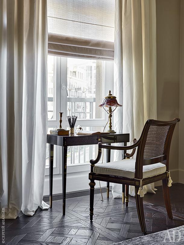 Письменный стол по эскизам декоратора, антикварный стул, старинная настольная лампа из коллекции заказчиков. Смотрите весь проект по клику на изображение.