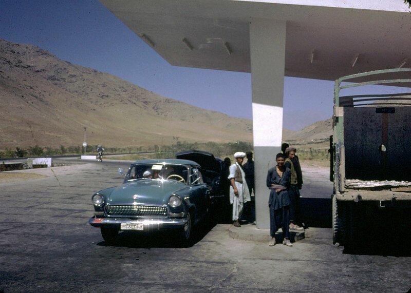 Мужчины на заправочной станции афганистан, жизнь, кабул, мир, прошлое, фотография, фотомир