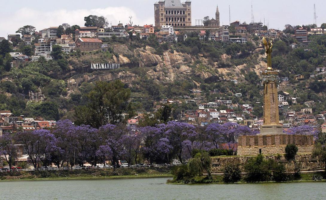 Мадагаскар ВВП на душу населения: 950$ Последний десяток лет население Мадагаскара находится в очень неприятном положении. Финансовый кризис поставил большую часть населения на грань самого настоящего голода. Может быть, остров и выглядит сказочно — но только сказка эта довольно мрачная.