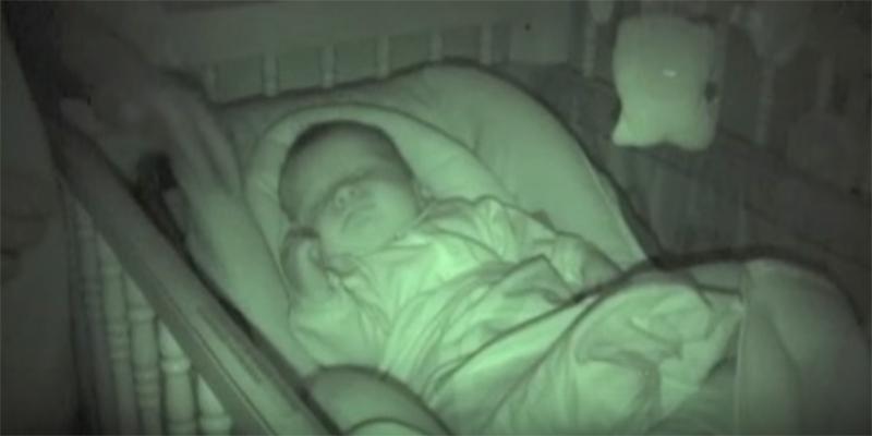 Проверяя ночью малыша, родители заметили, что с его руками происходит нечто странное