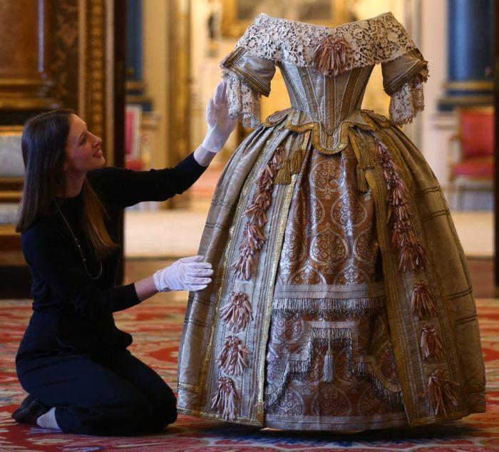 животными платья королевы виктории фото движением руки