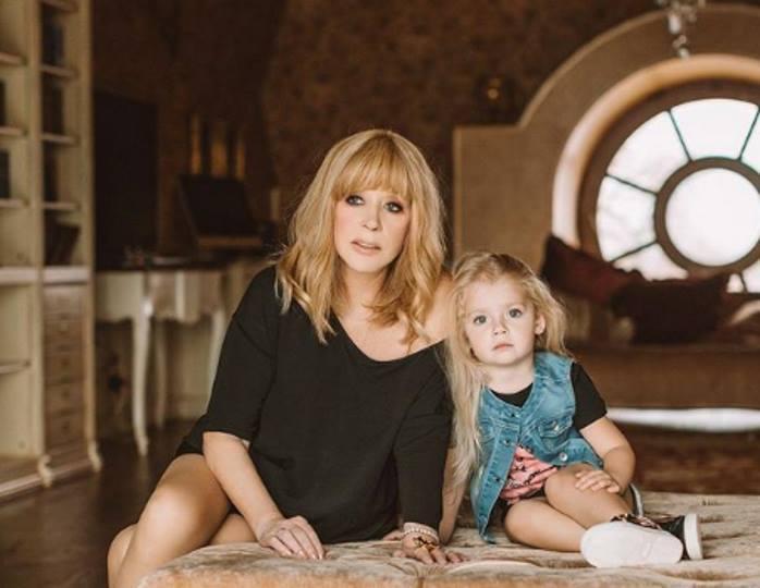«Алла может гордиться»: Лиза Галкина без труда читает на французском языке