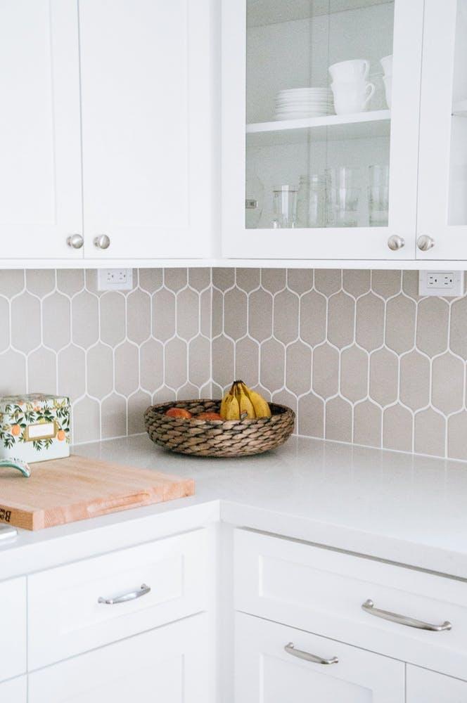 Элегантный интерьер квартиры - светло-серый кухонный фартук