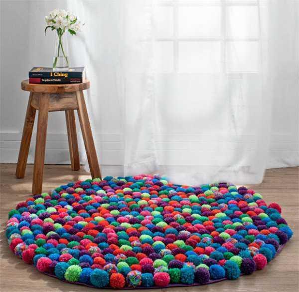 Необычный коврик из помпонов