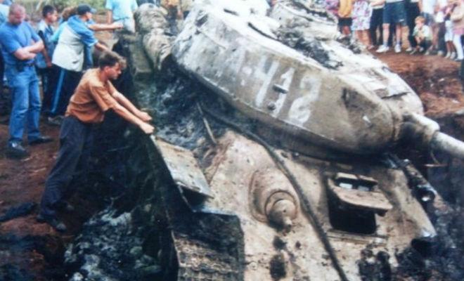 Т-34 из болота: достали и завели
