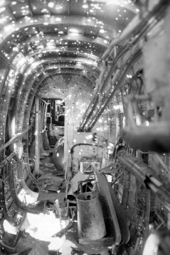 Интерьер британского бомбардировщика Хендли Пейдж Галифакс B Mk.II из 614 эскадрильи после близкого разрыва немецкой противовоздушной ракеты. 1942 г. Великая Отечественная Война, архивные фотографии, вторая мировая война