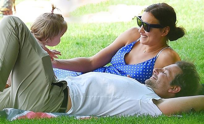 Йога с папой и футбол с мамой: Ирина Шейк и Брэдли Купер с дочерью в парке Нью-Йорка