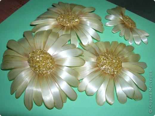 Делая ромашки для подарка к 8 марта решила показать вам поэтапно как делаются самые простые цветы из соломки с приданием полуобъема. МК для начинающих, кто еще не умеет работать с соломкой, поэтому все подробно. . Фото 1
