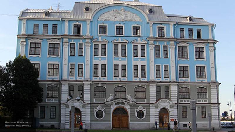 Путин посетил новый корпус Нахимовского училищав Петербурге и оставил курсантам автограф