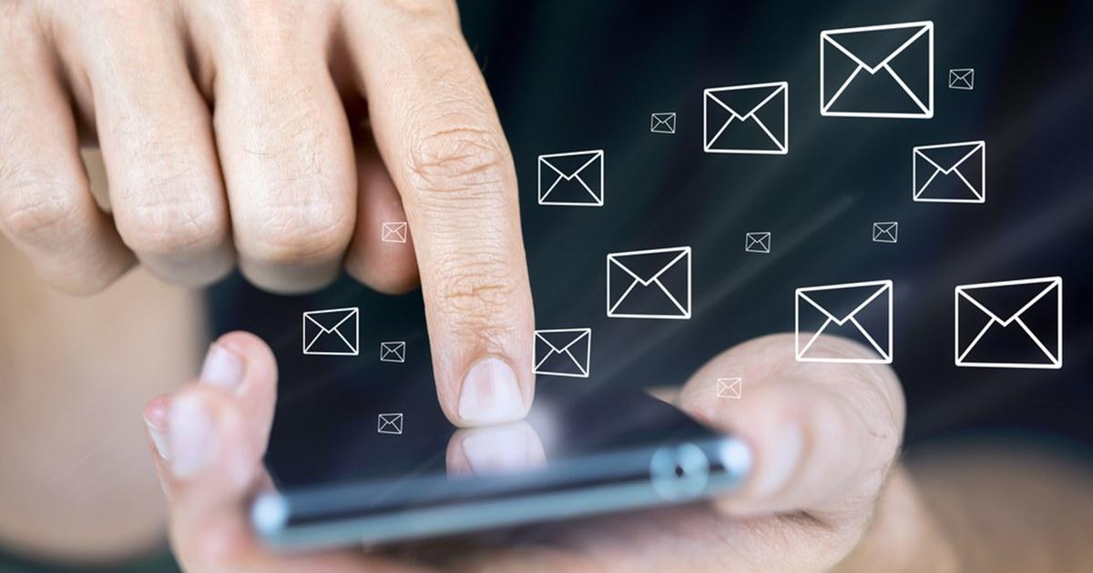 Популярность новогодних поздравлений через смс продолжает падать