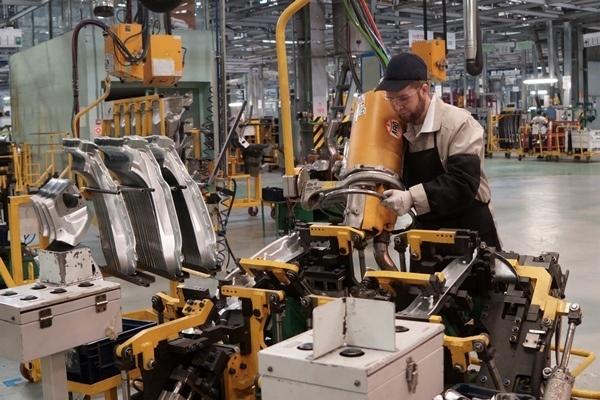 Рабочие «АвтоВАЗа» ожидают снижения зарплат: придётся затянуть пояса россияне,экономика