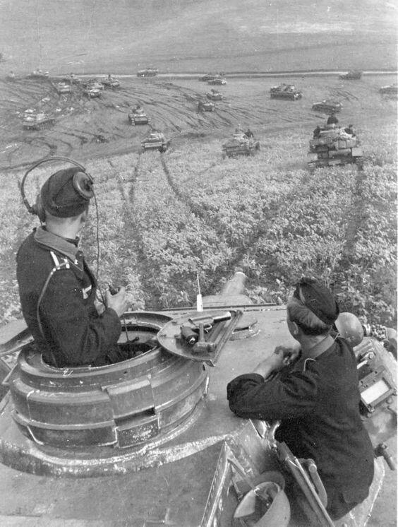 Немецкие танки в наступлении где-то в российских степях Великая Отечественная Война, архивные фотографии, вторая мировая война