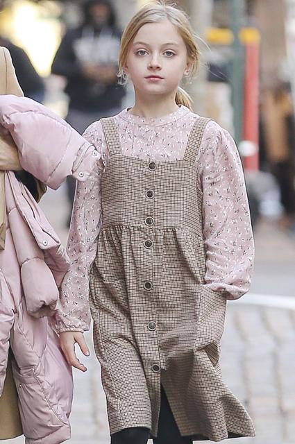 Cын Наоми Уоттс вышел на прогулку в платье звездные дети