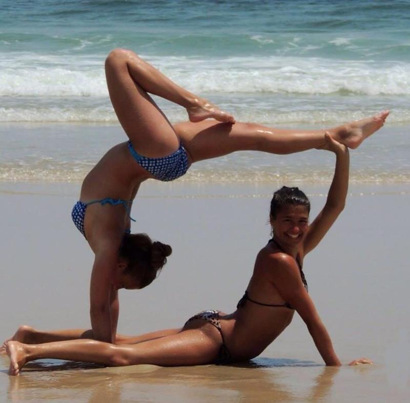 Гибкая девушка на пляже красивые вагины