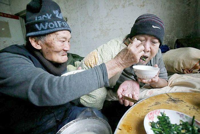 Китаец 46 лет заботится о своём парализованном сыне