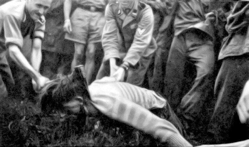 Солдаты СС казнят словенского партизана через отрубание головы топором. 1944 г. Великая Отечественная Война, архивные фотографии, вторая мировая война