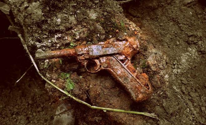 Тайник Вермахта с оружием: клад в земле ждал своей минуты 70 долгих лет бункер,вермахт,вторая мировая война,клад,Пространство,черные копатели