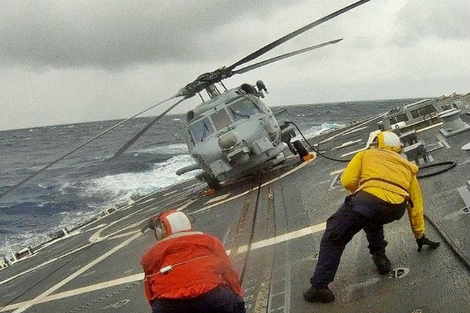 Вертолет садится на боевой корабль в шторм: мастерство пилотов