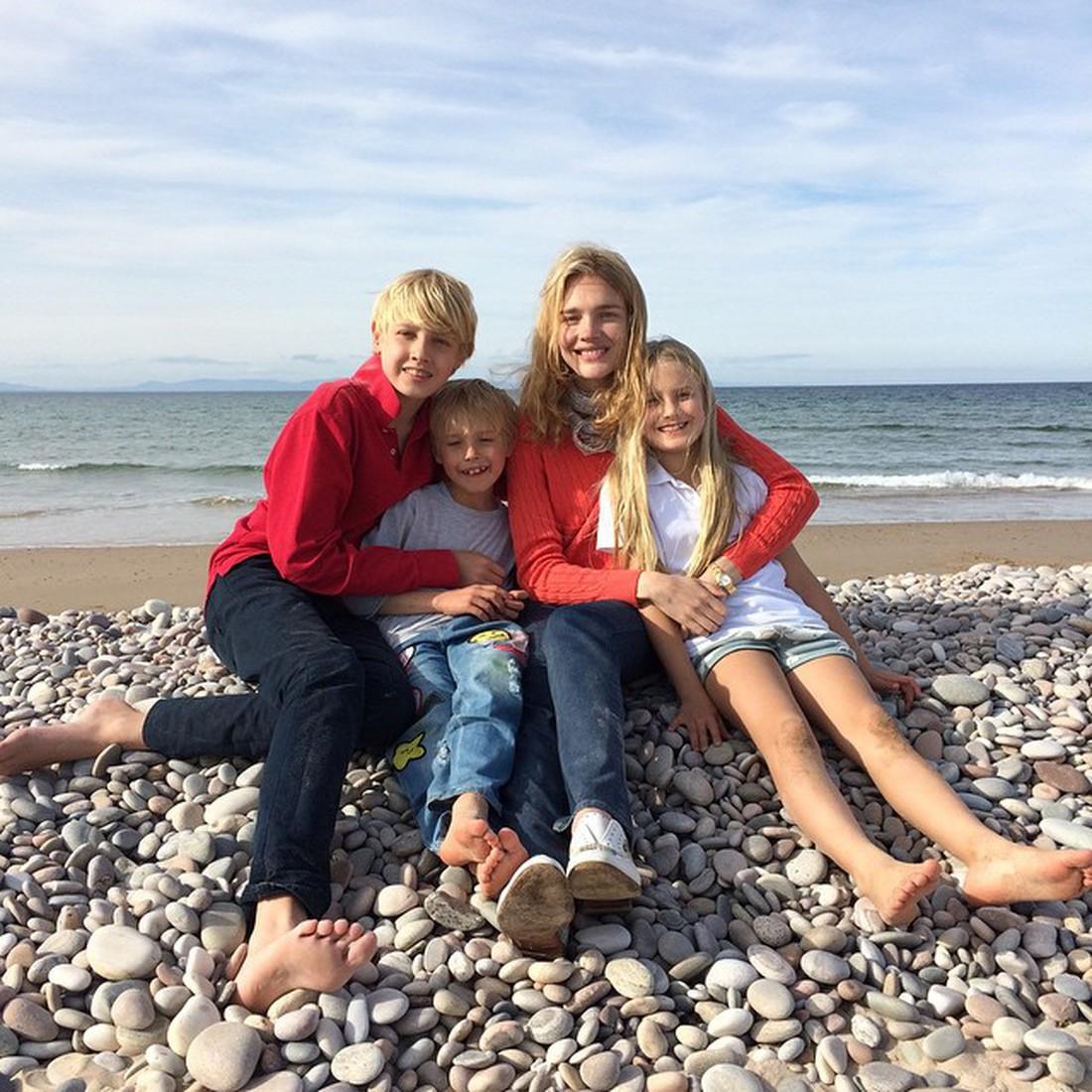 наталья водянова фото с детьми юбка