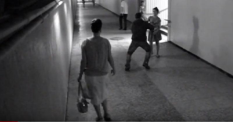 Хулиган в переходе хотел отобрать у девушки телефон. Но вы только взгляните, как отреагировала жертва!