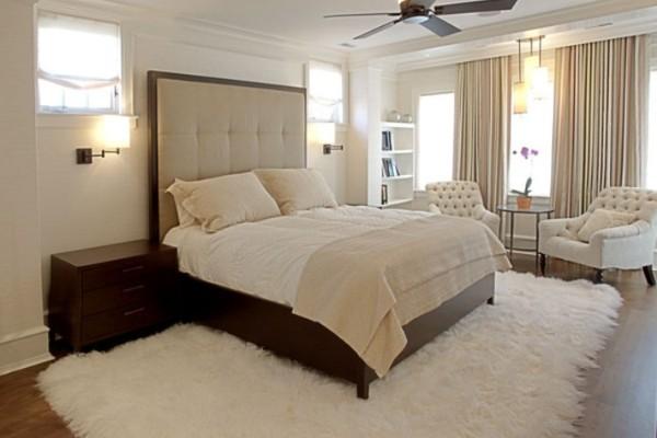 уютный светлый ковёр с большим ворсом в спальне