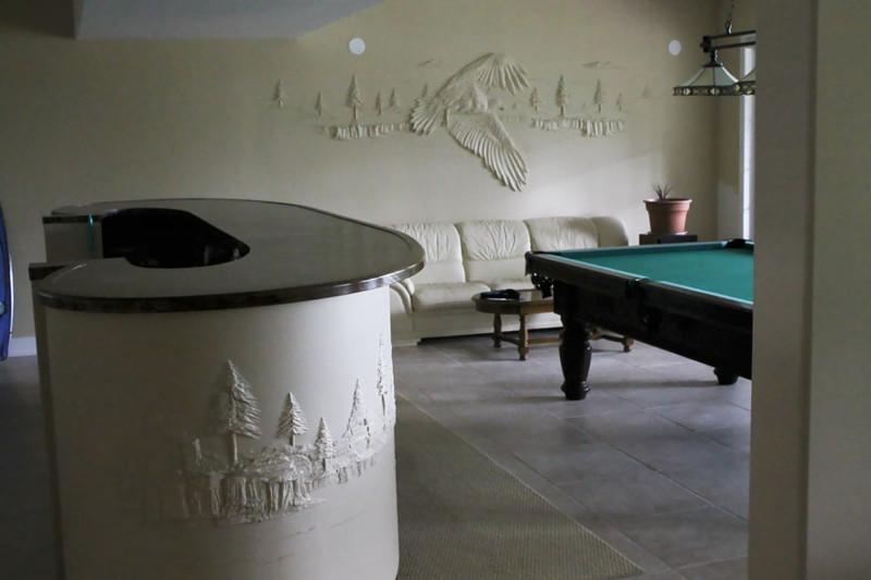 Рабочий украшает гипсокартоновые стены объемными картинами, используя лишь шпатлевку гипсокартон, искусство, шпатлевка