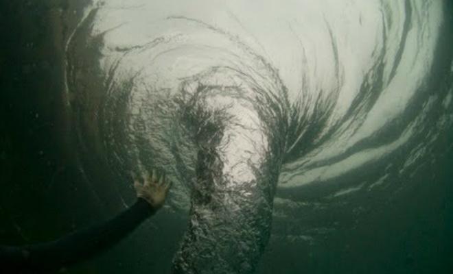 Cмельчак нырнул прямо в океанский водоворот Видео