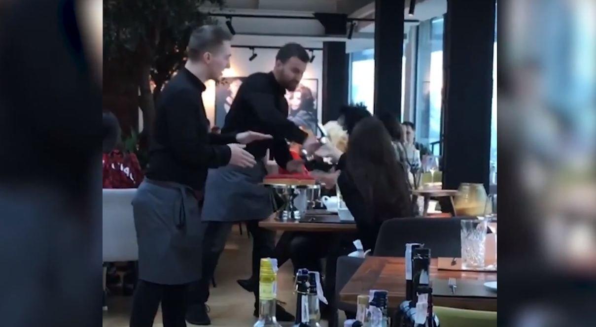 В Сети появилось видео с дерзкими официантами, запустившими торт в лицо клиентки