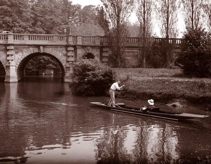 На плоскодонке под мостом Магдалены, Оксфорд, Англия ХХ век, винтаж, восстановленные фотографии, европа, кусочки истории, путешествия, старые снимки, фото