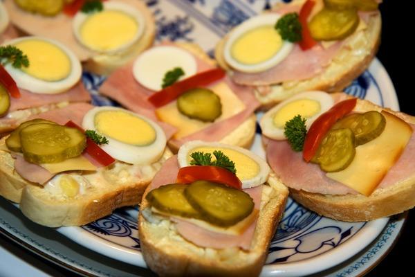 Бутерброд с ветчиной, яйцом и овощами
