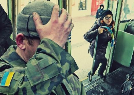 """""""Убийца! Бандера!"""" В Днепропетровске из троллейбуса вытолкали бойца АТО"""