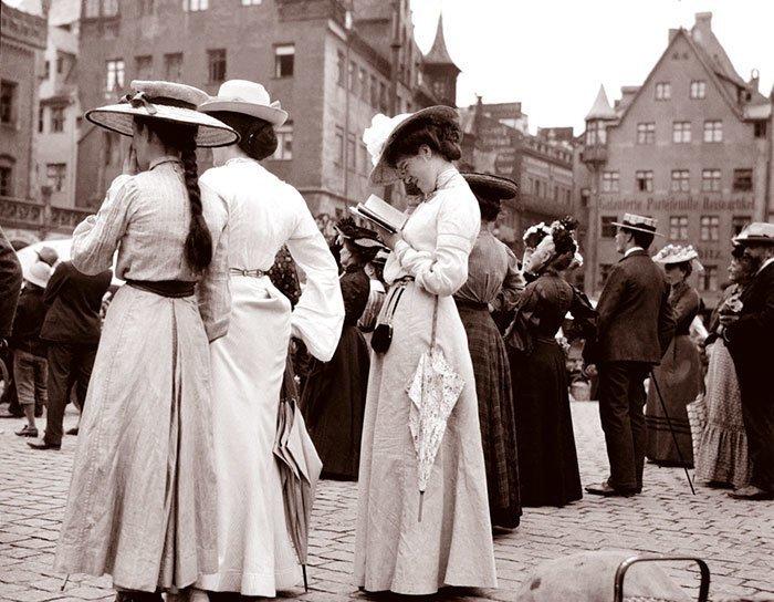 Туристы возле Фрауэнкирхе в Нюрнберге, Германия ХХ век, винтаж, восстановленные фотографии, европа, кусочки истории, путешествия, старые снимки, фото