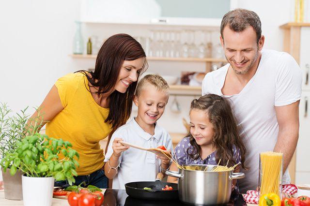 За одним столом. Зачем нужны семейные обеды?